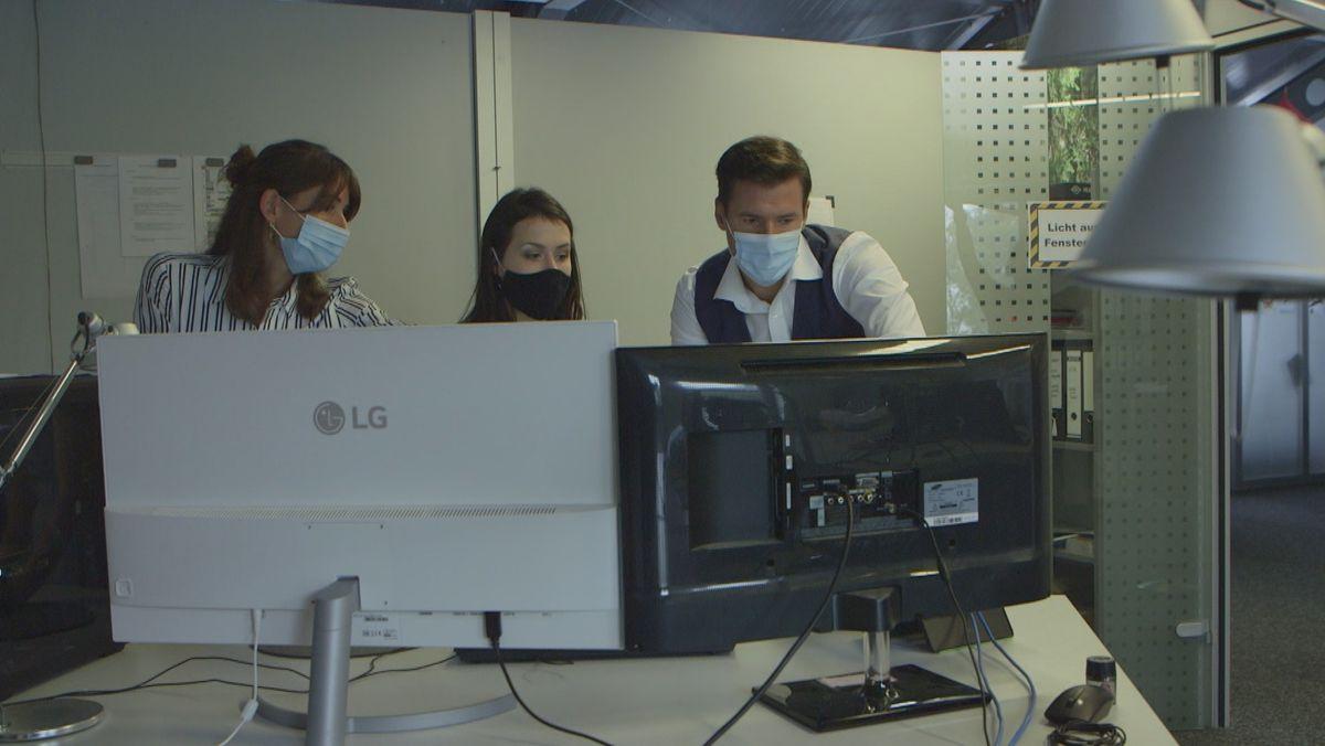Unternehmer Michael Reffle begutachtet den virtuellen Messestand.