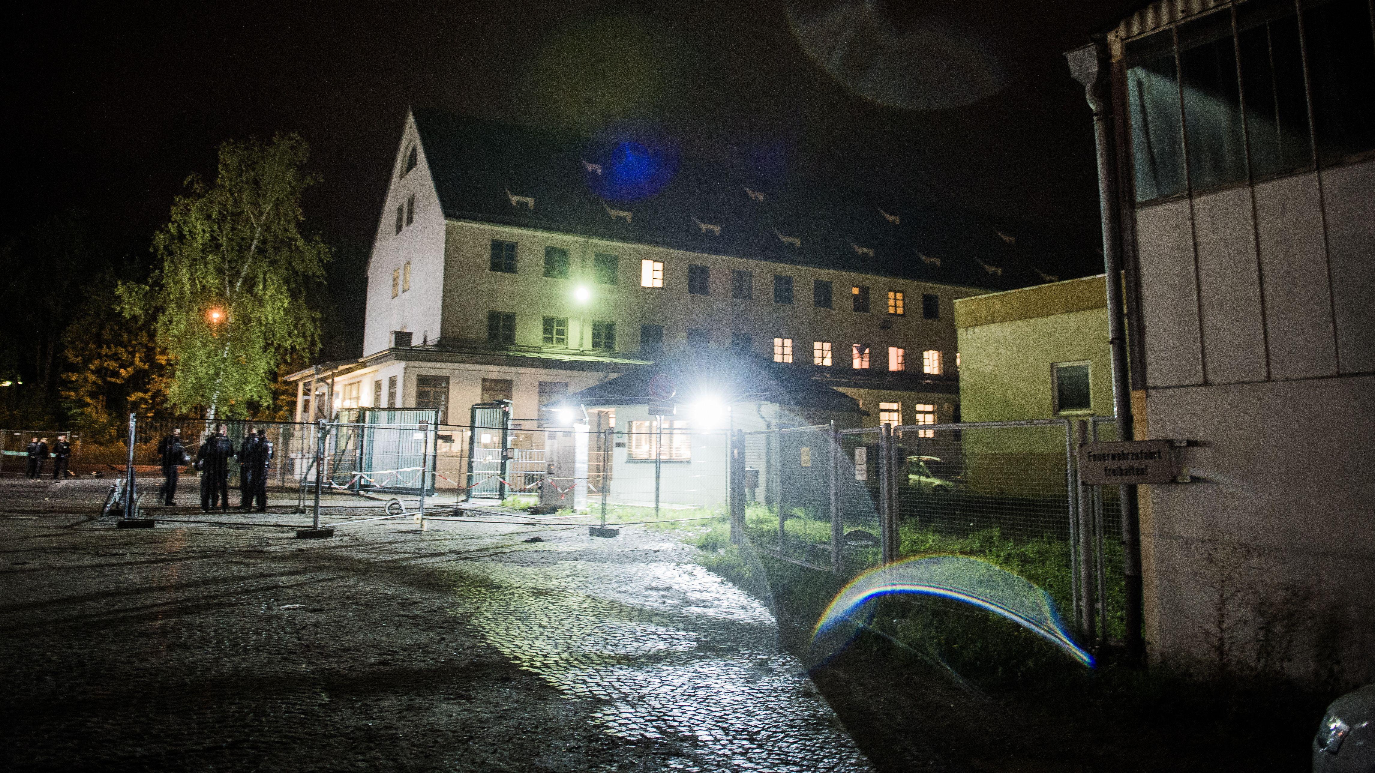 Das Ankerzentrum Deggendorf in der Nacht von außen.
