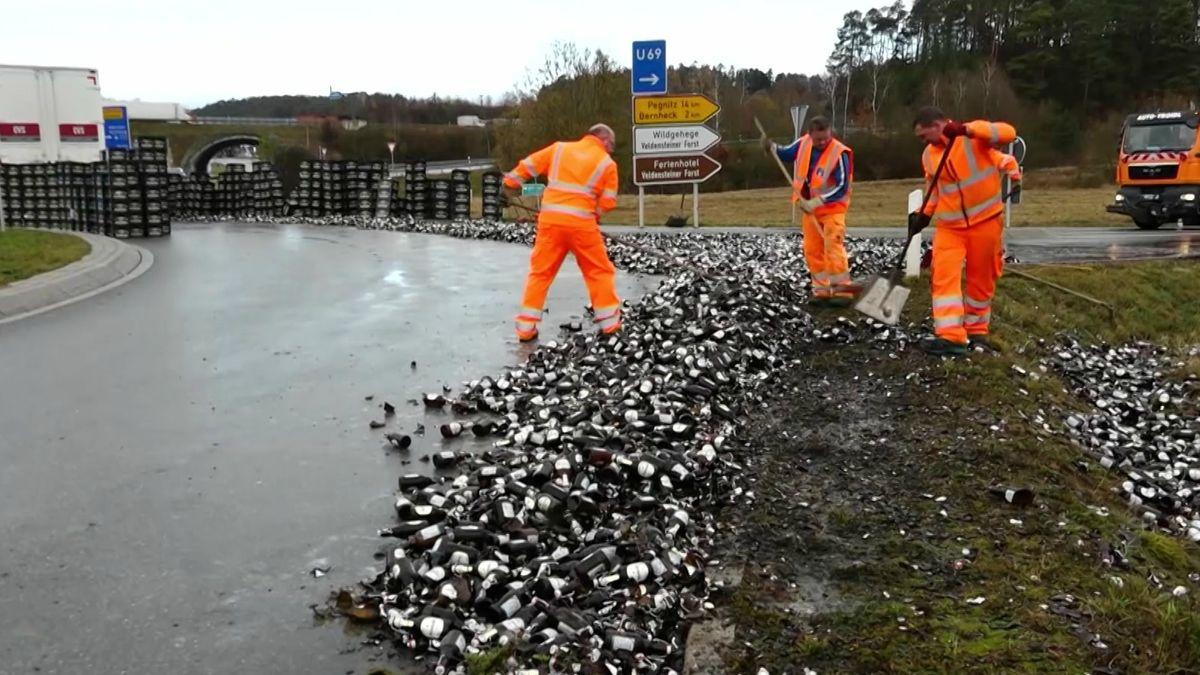 Mehrere Tausend Bierflaschen liegen auf der Straße, die ein Laster im Kreisverkehr verloren hatte.