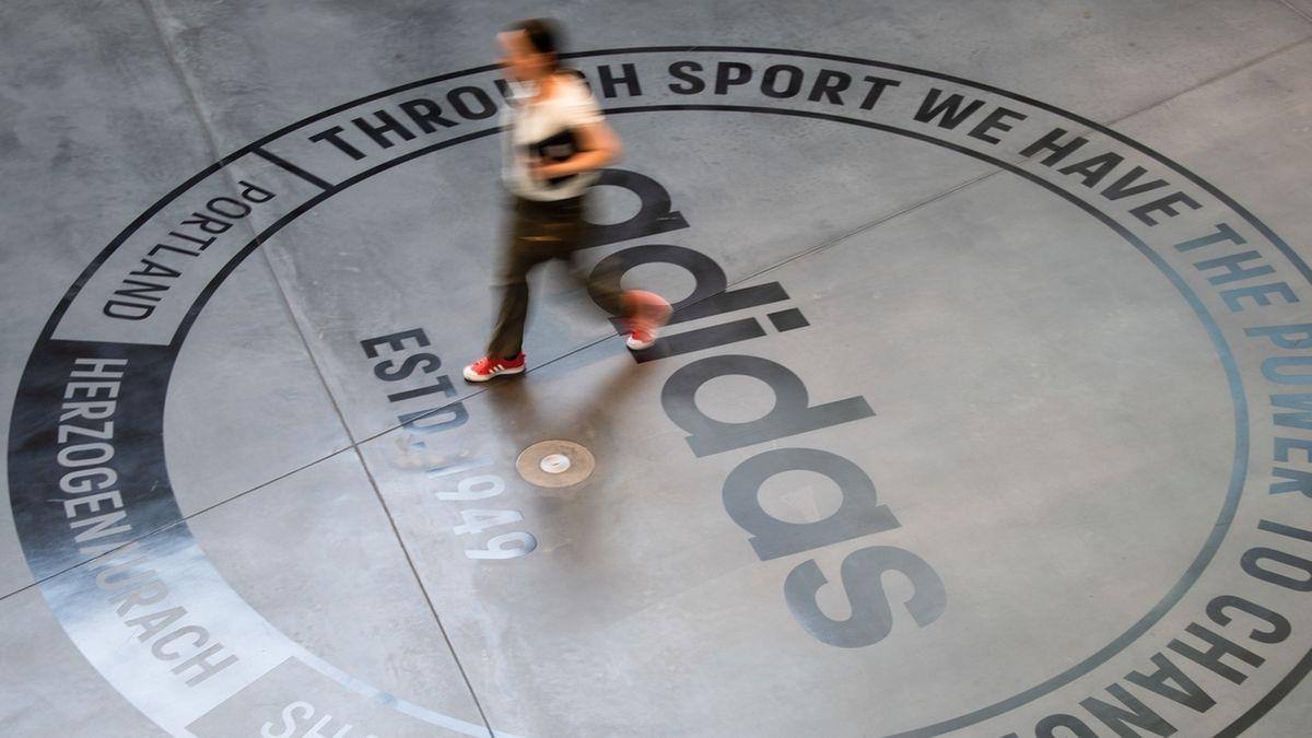 """Logo von Sportartikelhersteller Adidas im Eingangsbereich des Bürogebäudes """"Arena"""", Herzogenaurach"""