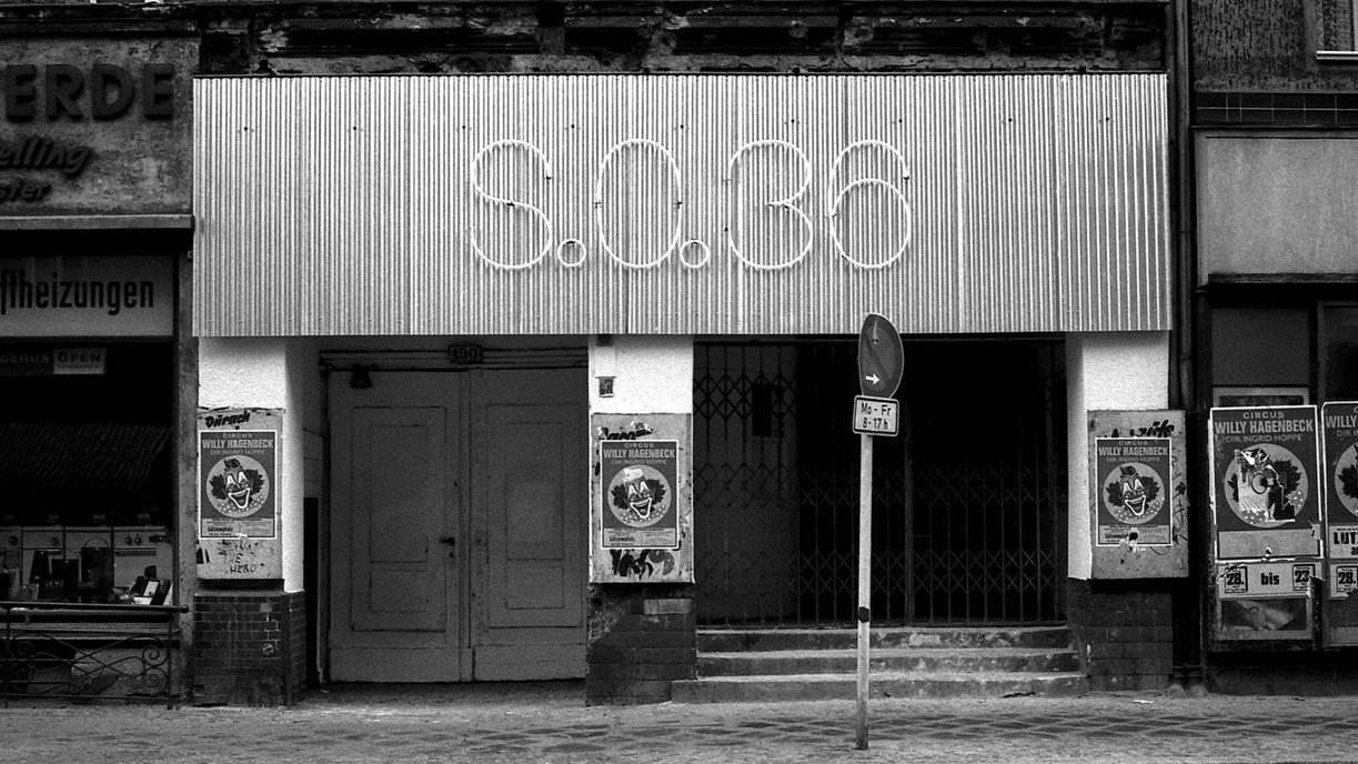 Club SO36 in Kreuzberg in den 80er-Jahren (schwarz-weiß): Eingang mit Plakaten