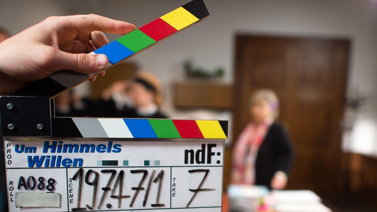 """Ein Set-Mitarbeiter hält am Filmset der ARD-Serie """"Um Himmels Willen"""" die Filmklappe vor die Kamera"""