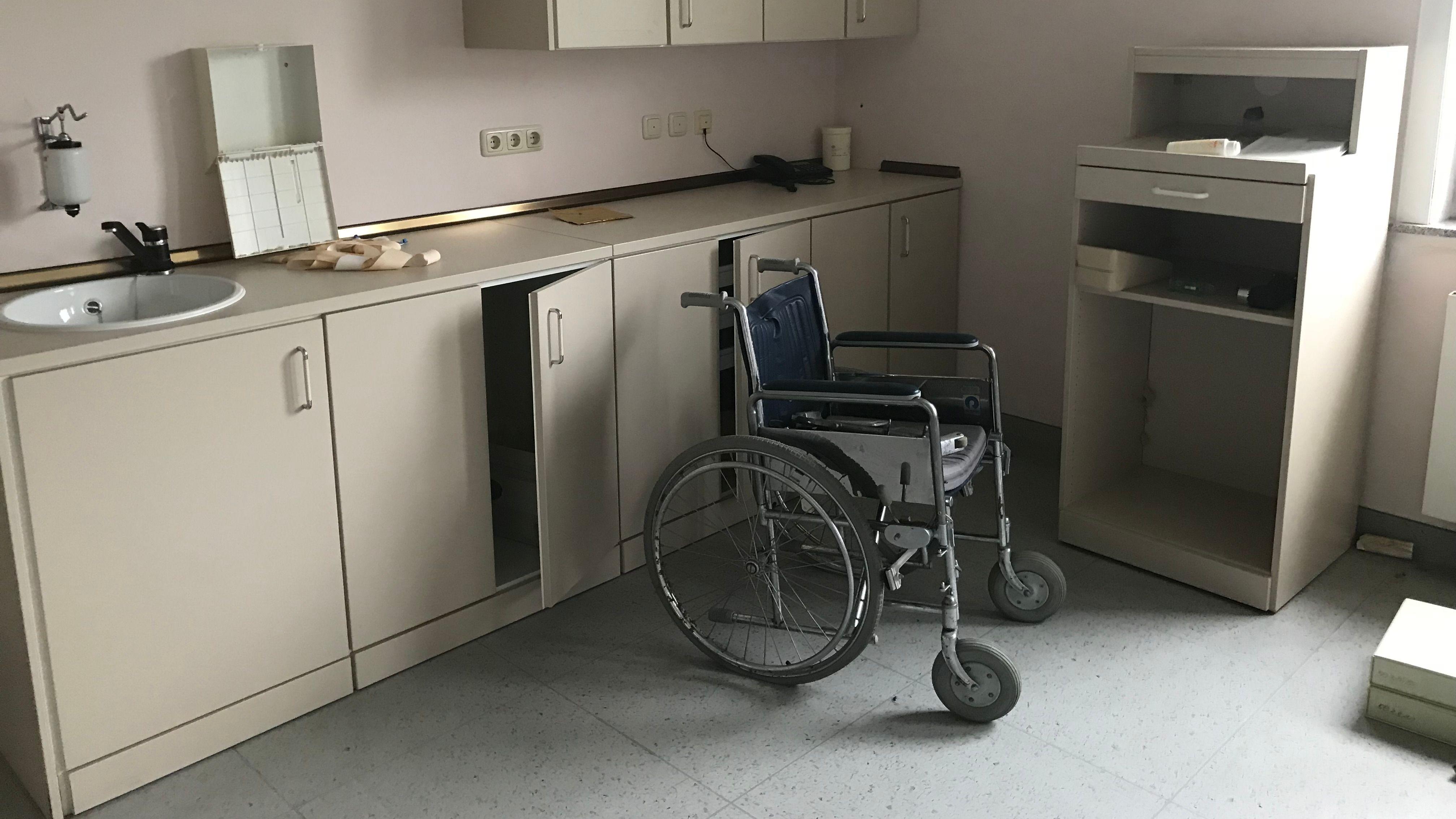 Ein Krankenzimmer samt Rollstuhl - alles zum Mitnehmen