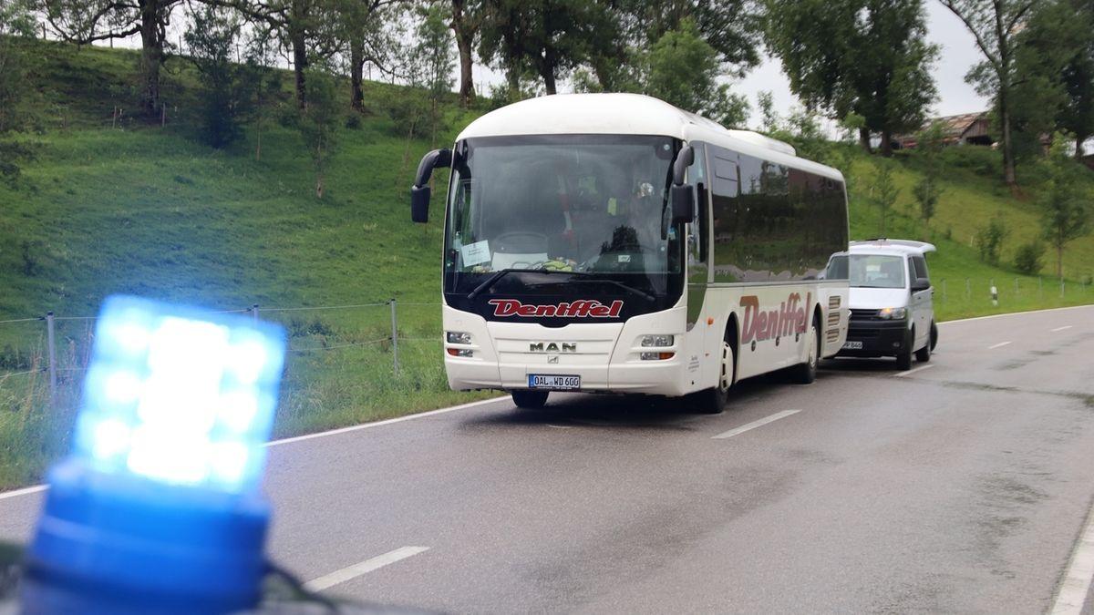 Linienbus am Ortsrand von Obergünzburg im Ostallgäu