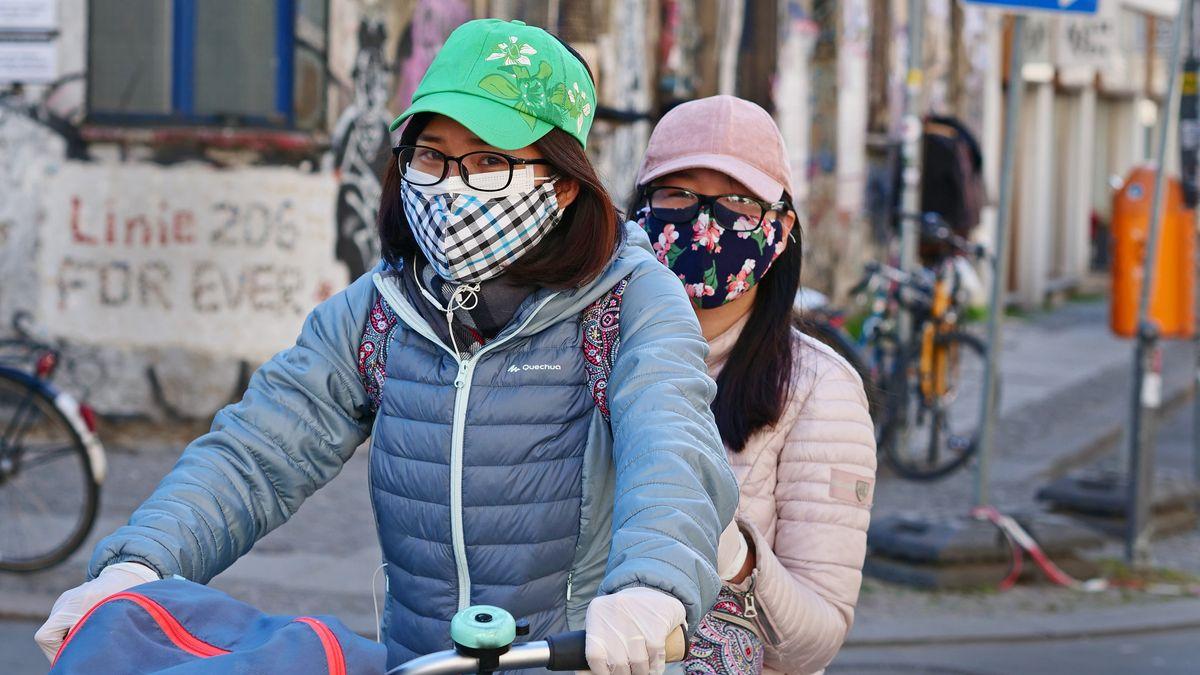 Radfahrer sollen in bestimmten Zonen auch Maske tragen - ein Problem für Brillenträger. Das Foto wurde in Berlin aufgenommen.