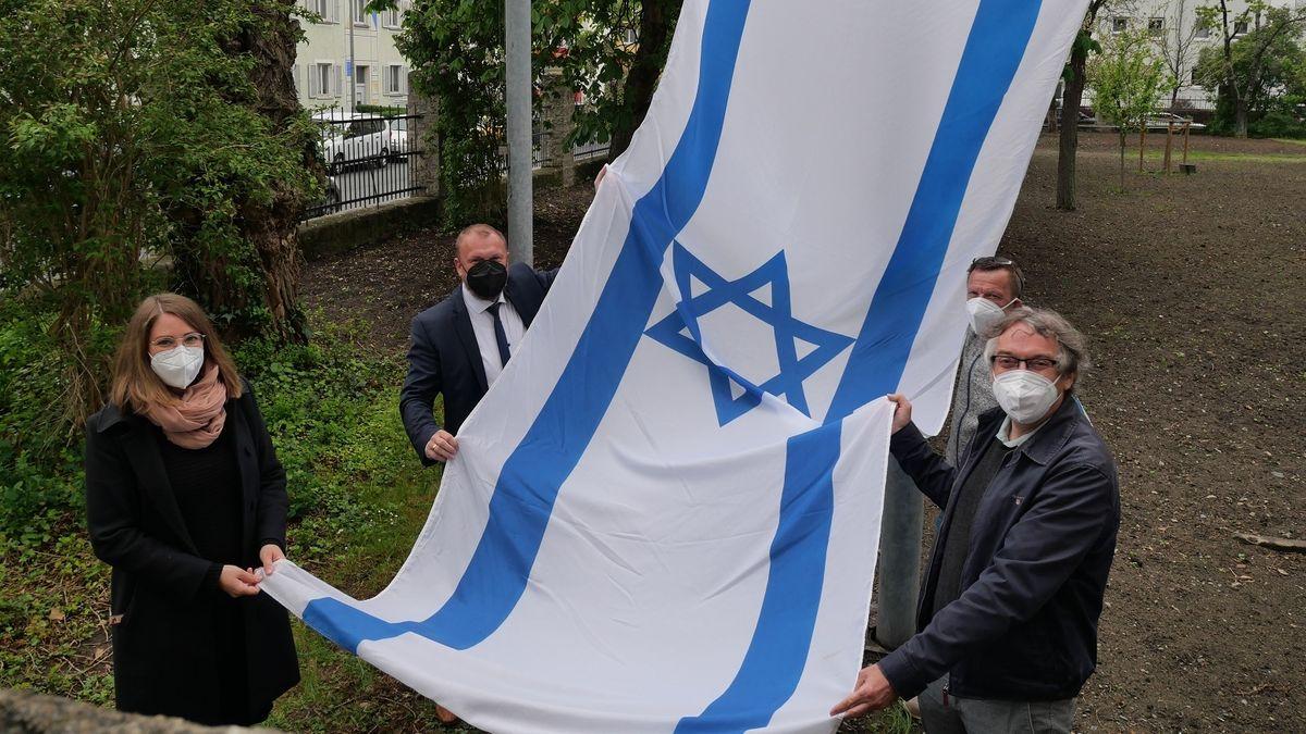 Landrat Thomas Eberth und Kollegen mit der Israel-Fahne am Landratsamt