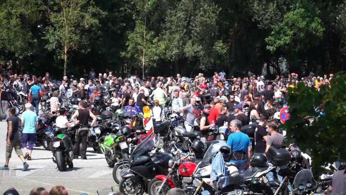 Zu der Motorrad-Demo in Mellrichstadt (Lkr. Rhön-Grabfeld) sind laut Polizei rund 1.700 Biker gekommen – etwa 700 mehr als erwartet.