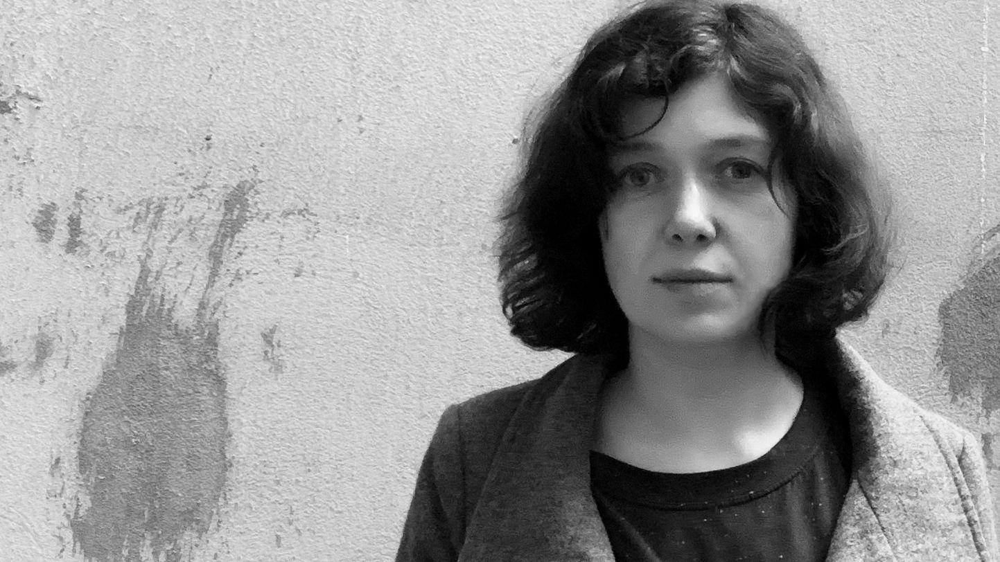 Yevgenia Belorusetz vor einer Mauer