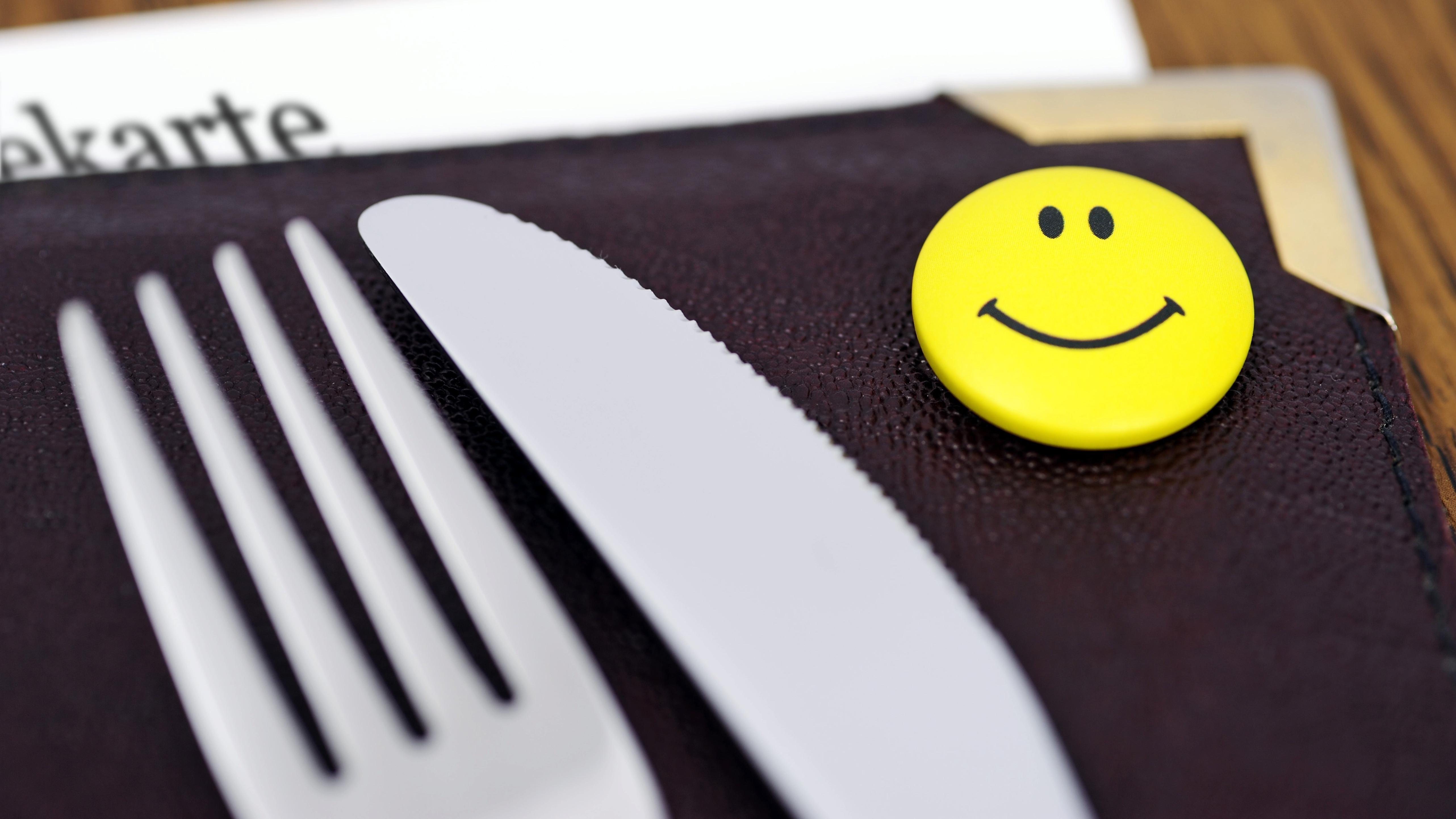 Besteck und Smiley (Symbolbild)