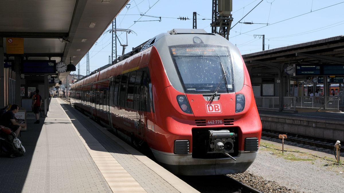 Zug steht im Würzburger Hauptbahnhof