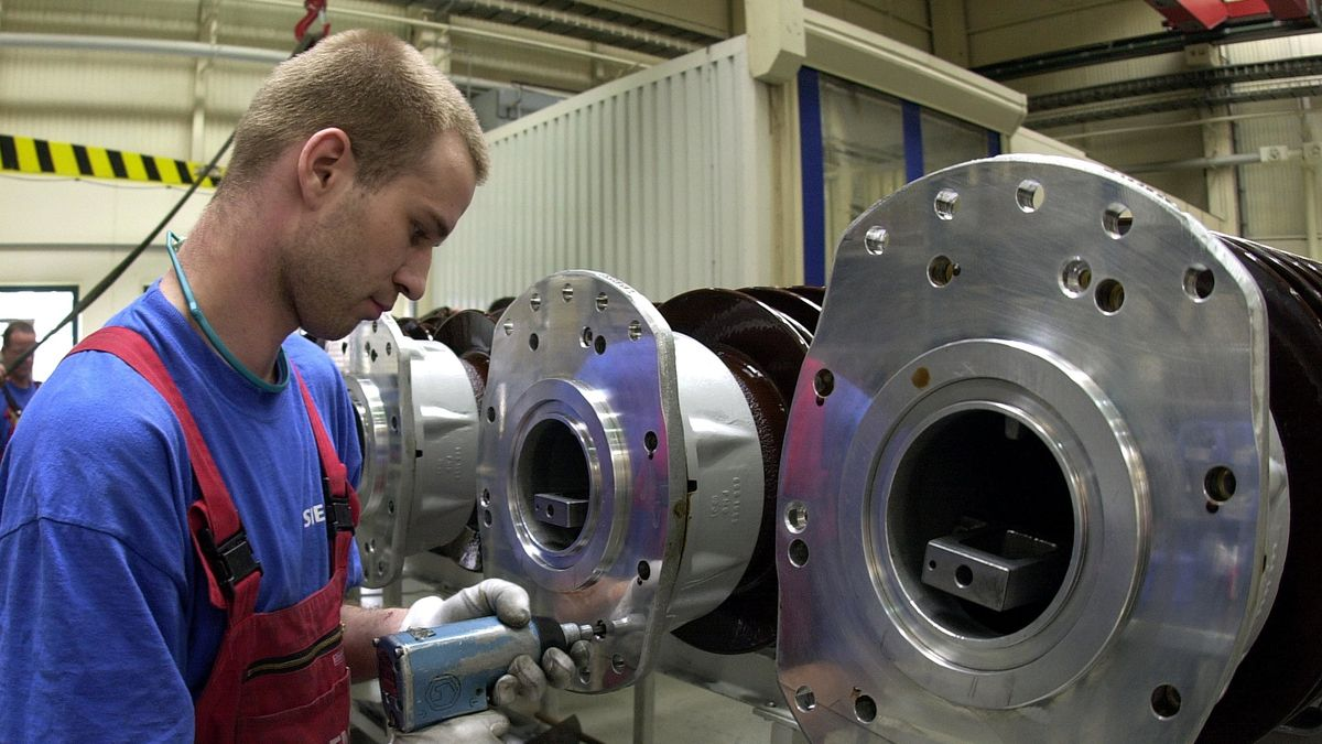 Arbeiter im Siemens-Werk für Hochspannungs-Anlagen bei der Montage