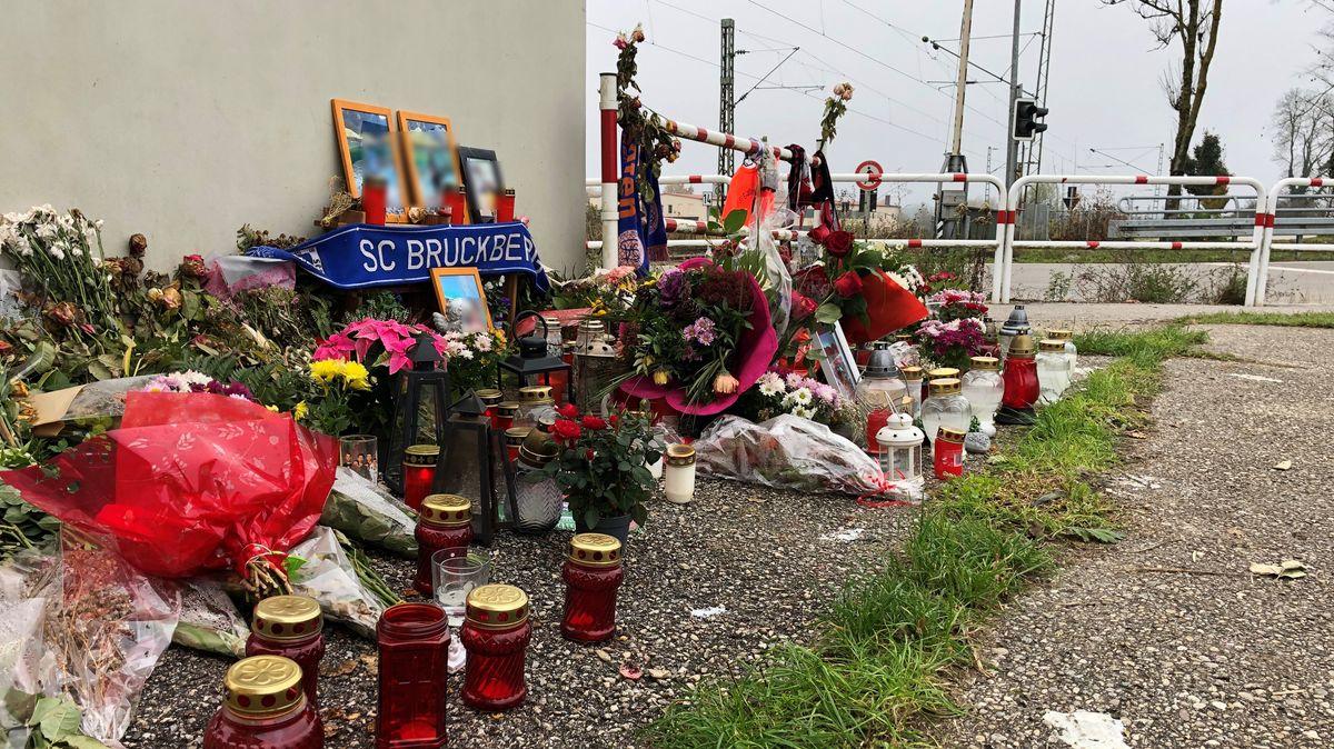 Die Gedenkstätte für die tödlich verunglückten Brüder am Bahnhof