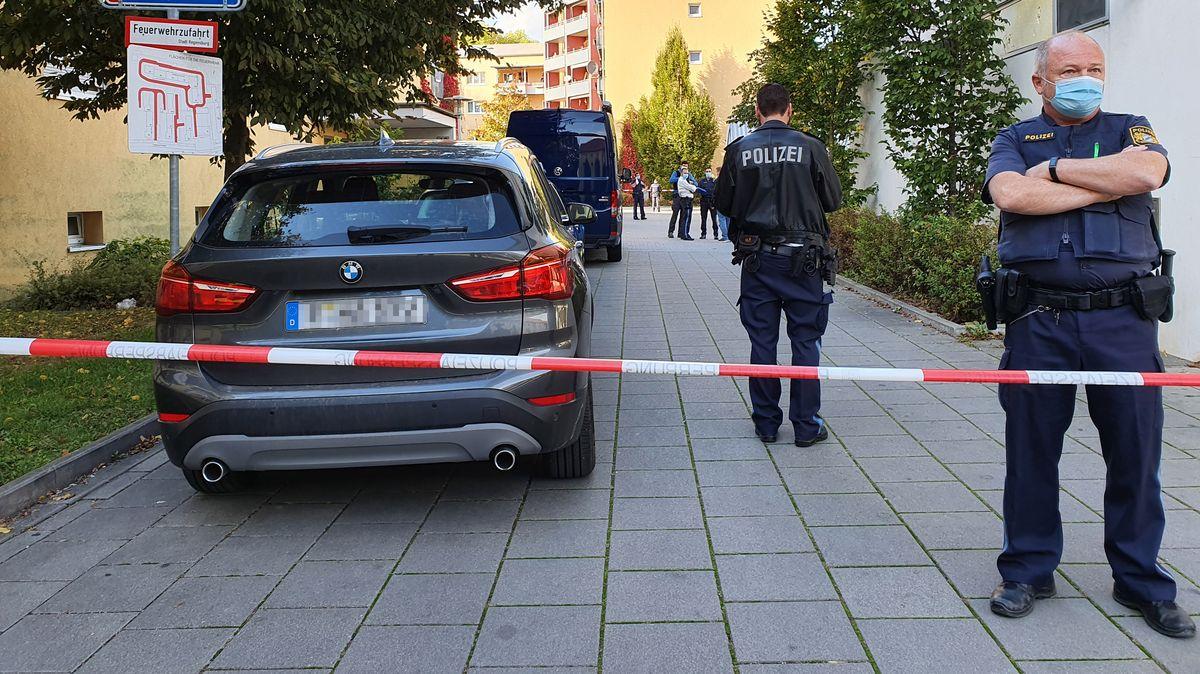 Polizisten haben den Tatort im Süden von Regensburg weiträumig abgesperrt