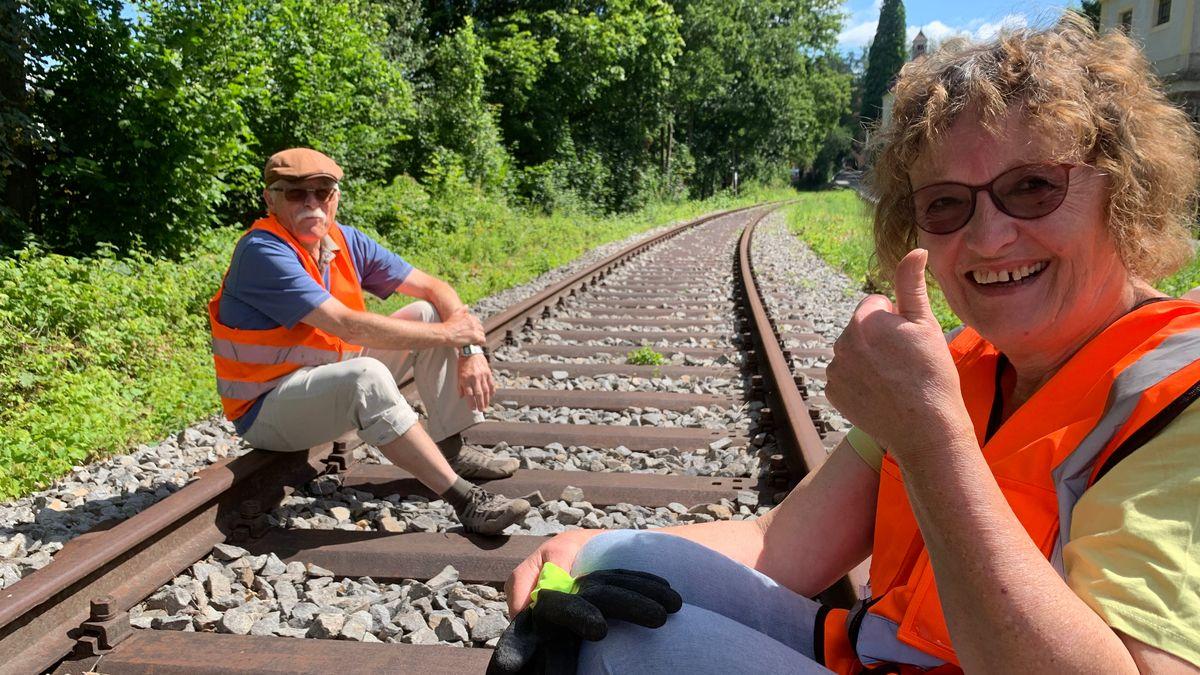Heidi Bauer und Heribert Götzer legen die Gleise der Granitbahn frei.