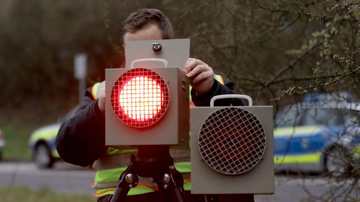 Ein Polizist kontrolliert eine Radarfalle. (Symbolbild)