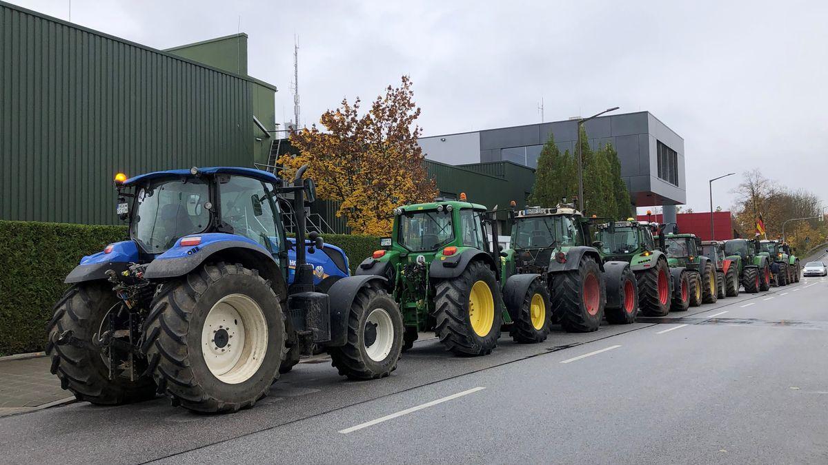 Landwirte demonstrieren mit Schleppern vor HoWe