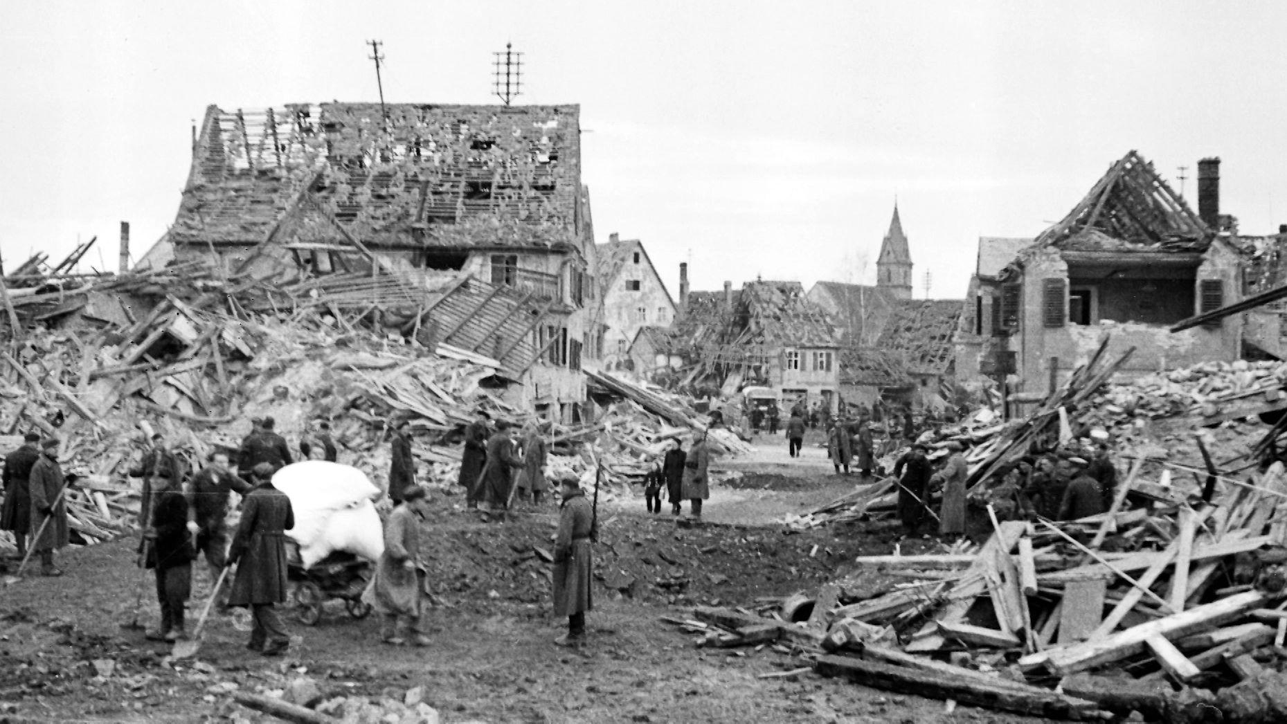Trümmer nach Bombenangriff