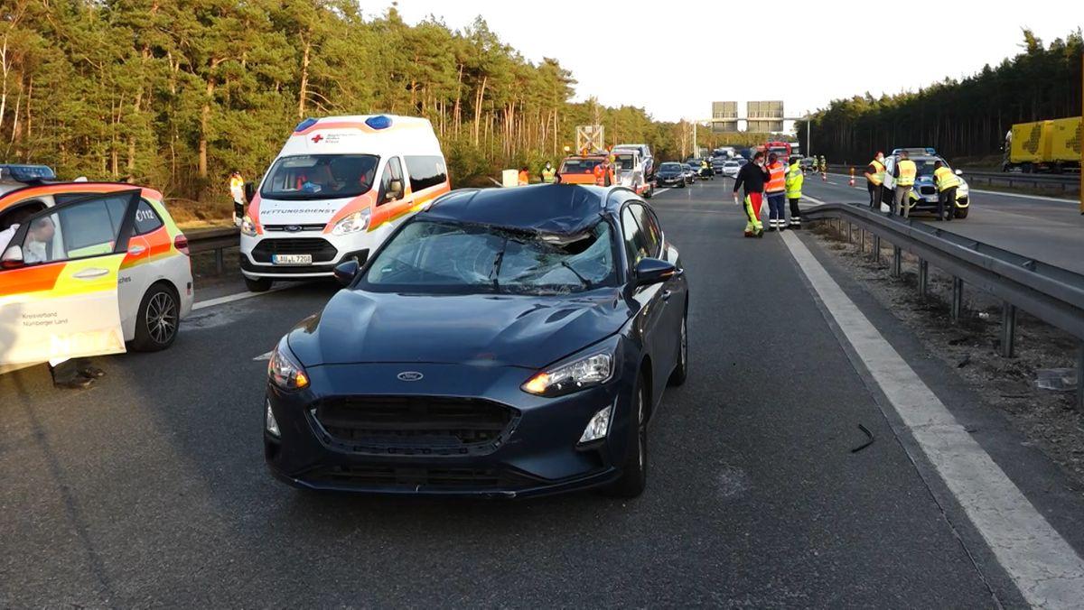 Am Montagabend ist ein Arbeiter der Autobahnmeisterei auf der A3 Höhe Brunn von einem Auto erfasst und getötet worden. Der Mann hatte mit einem Kollegen die Fahrbahn überquert. Der Grund dafür ist noch unklar.
