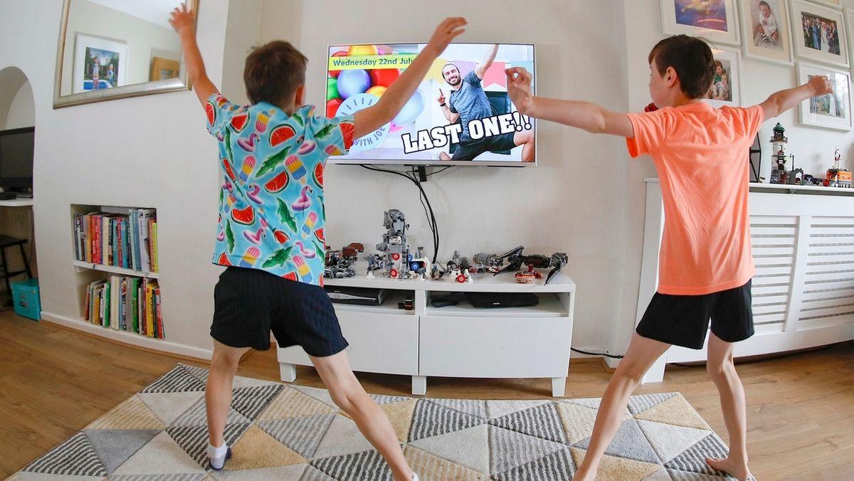 Jugendliche trainieren zu Hause vor einem Fitness-Video