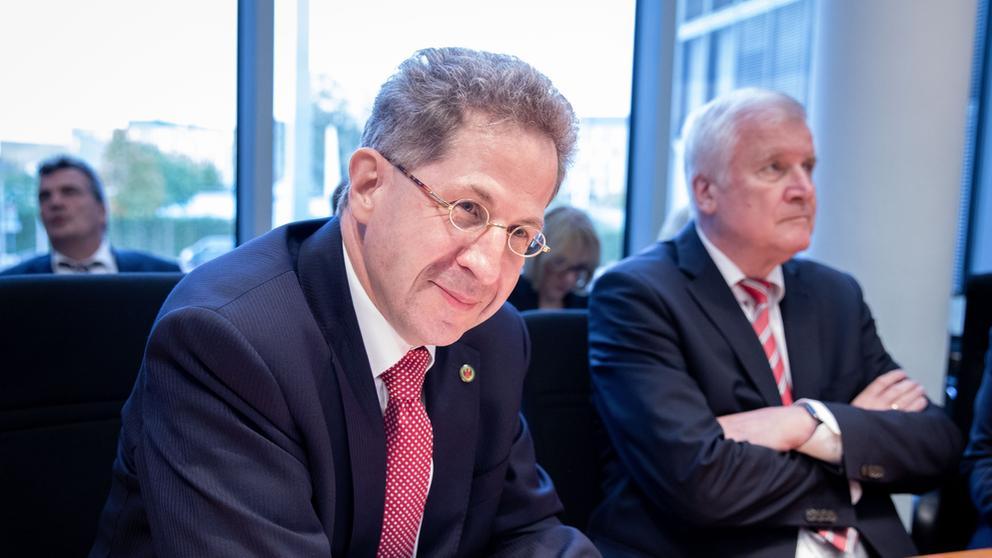 Hans-Georg Maaßen sitzt links neben Horst Seehofer | Bild:picture alliance/Kay Nietfeld/dpa