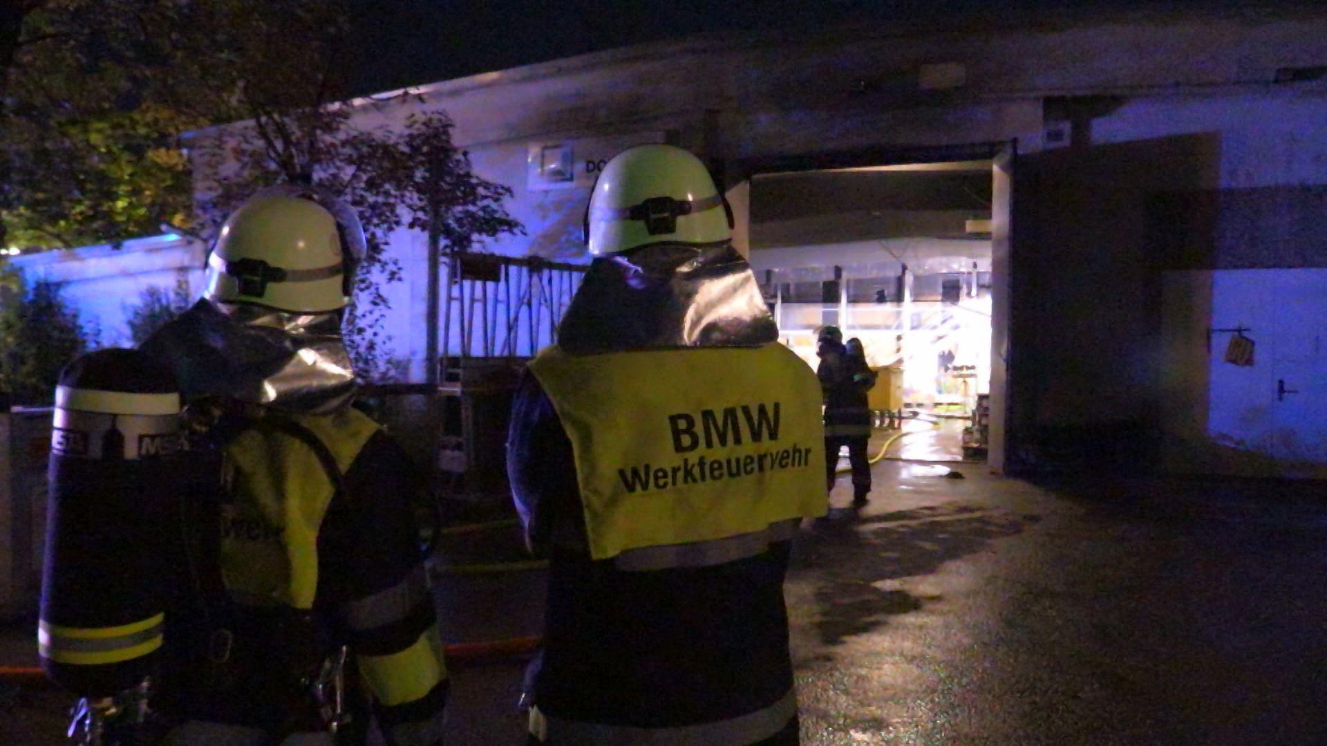 Auf einem Werksgelände von BMW in München ist am Abend ein Feuer ausgebrochen. Der Brand entstand in einer Halle mit Baumaterial. Die Brandursache ist noch unklar.