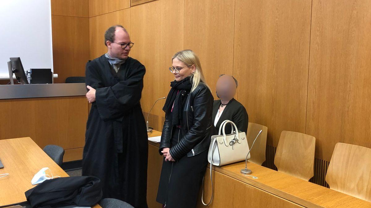 Die Angeklagte sitzt hinter ihren beiden Anwälten