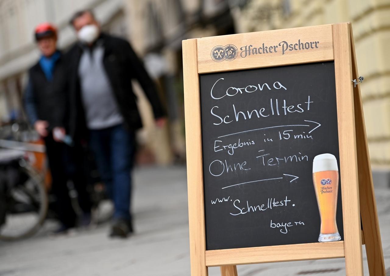 03.03.2021, Bayern, München: Auf dem Aufsteller einer Gaststätte in der Innenstadt wird für Corona-Schnelltest ohne Termin geworben, der in dem geschlossenem Restaurant angeboten wird. Foto: Peter Kneffel/dpa +++ dpa-Bildfunk +++