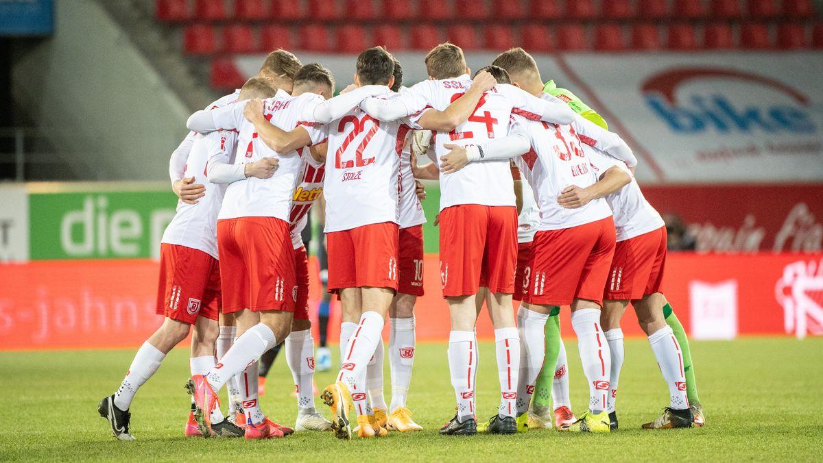 Spieler des SSV Jahn Regensburg beim Spiel gegen den SC Paderborn 07.