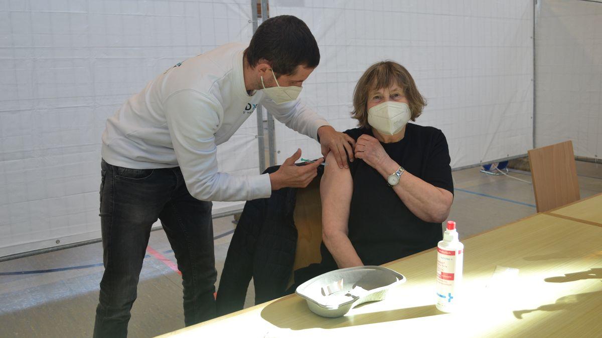 Stefanie Reith erhält in Werneck von Impfarzt Christoph Bulling ihre Erstimpfung gegen das Coronavirus.