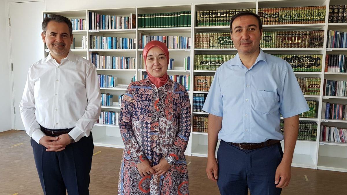 Gönül Yerli (M.), stellvertretende Direktorin des Islamischen Forums Penzberg, mit Imam Benjamin Idriz (li.) und ihrem Ehemann (re.)