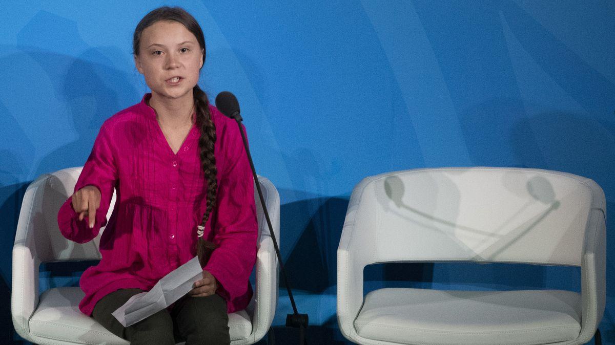 Greta Thunberg bei ihrer Rede vor dem UN-Klimagipfel in New York. Sie spricht angespannt, mit ernstem Gesicht und zeigt mit dem Finger auf den Boden.