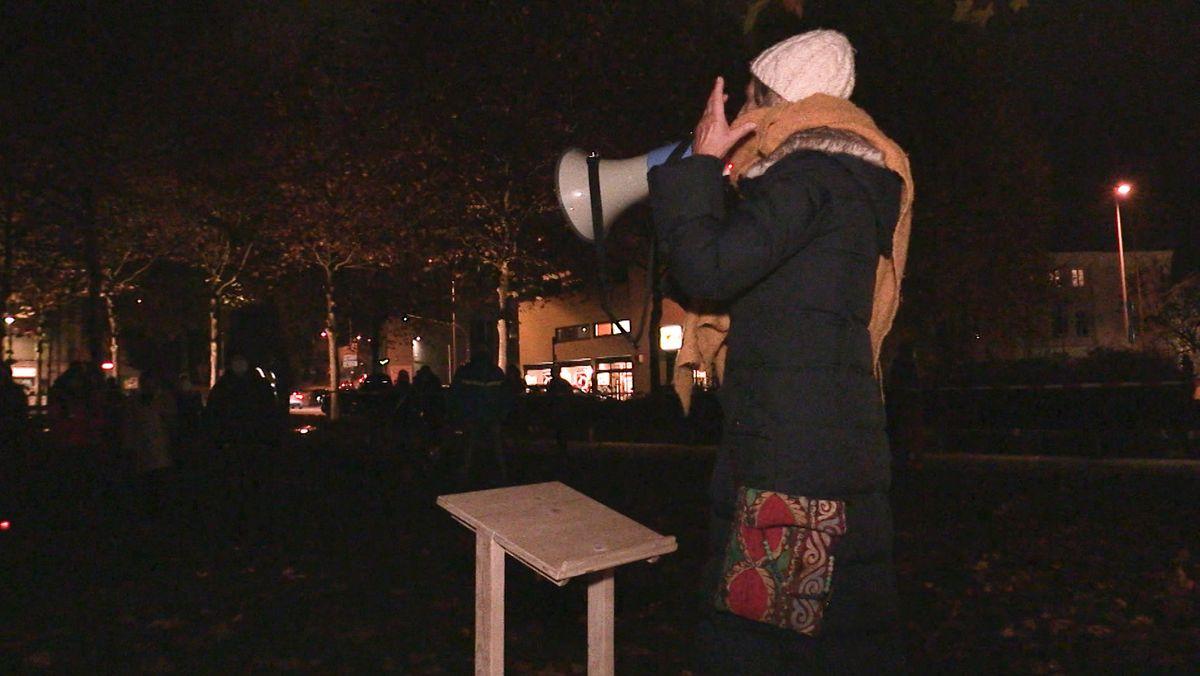 Frau mit Megafon bei Demo in Passau