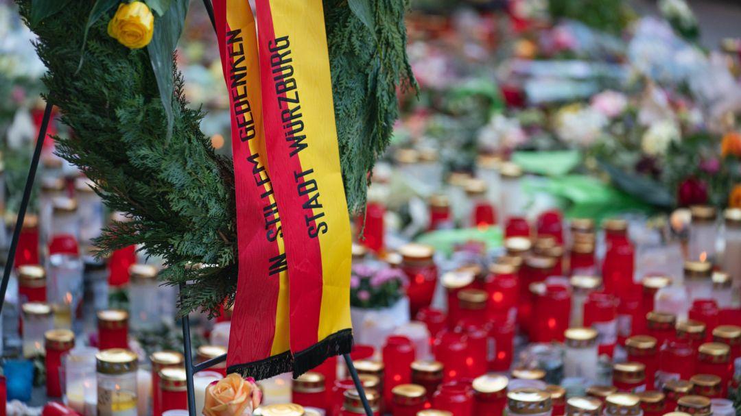 Trauerkerzen vor einem Kaufhaus in der Innenstadt von Würzburg