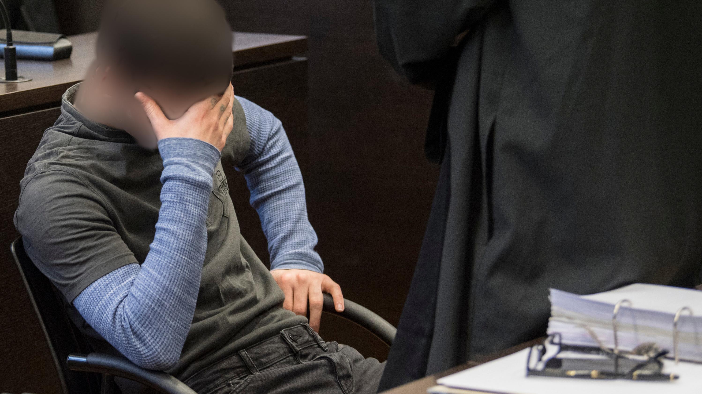 Der 21-jährige Ali B. verdeckt zum Prozessauftakt sein Gesicht.