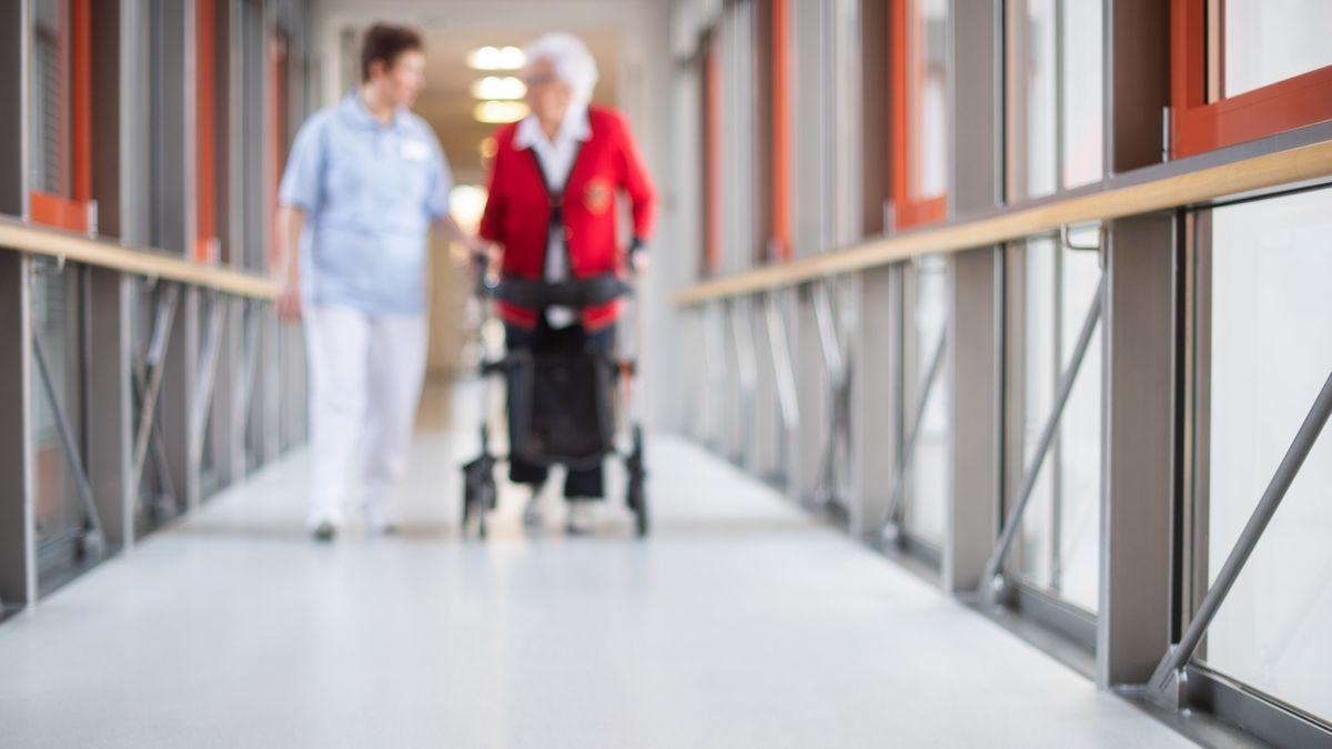 Im Heilig-Geist-Spital in Aichach ist jeder zweite Bewohner mit dem Coronavirus infiziert.