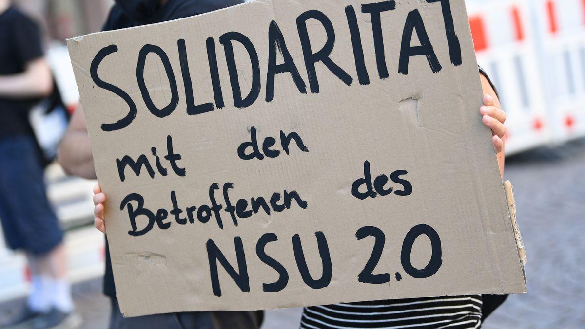 """Demonstrantin in Wiesbaden mit einem Plakat """"Solidarität mit den Betroffenen des NSU 2.0"""""""