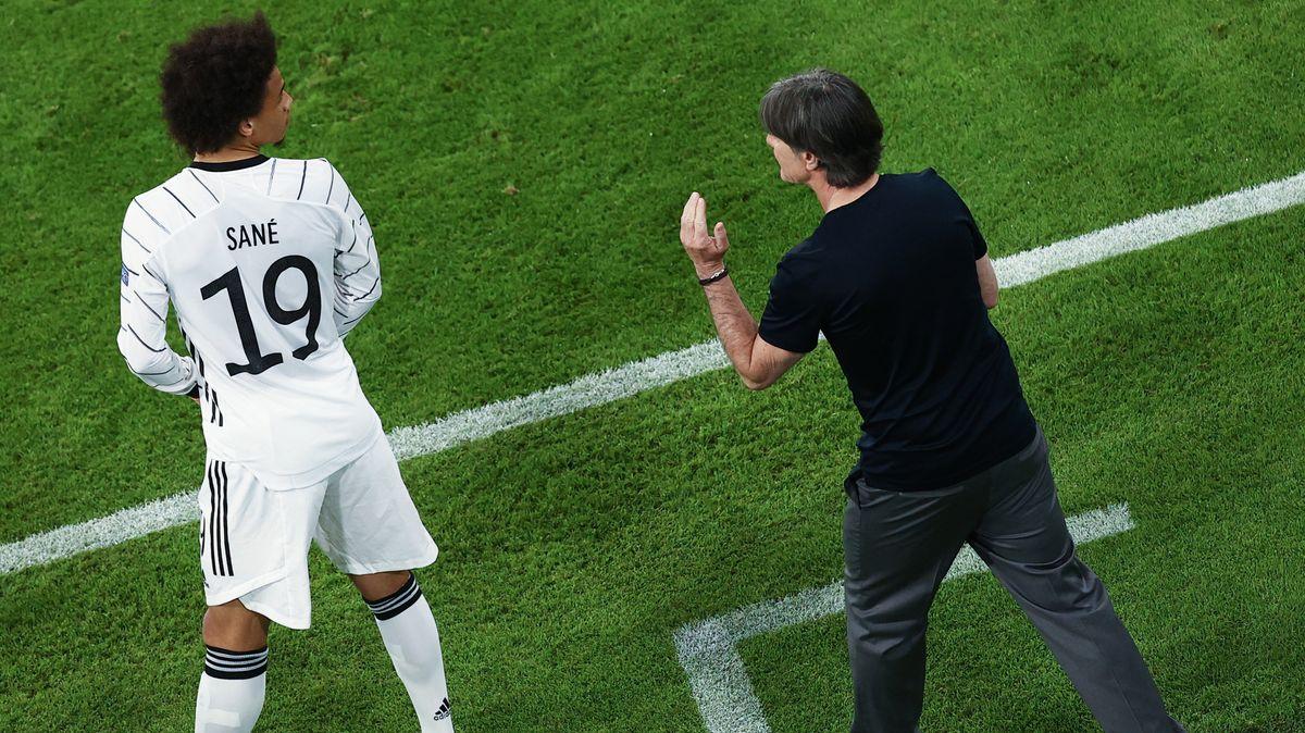 Bundestrainer Joachim Löw schickt Leroy Sané aufs Feld.