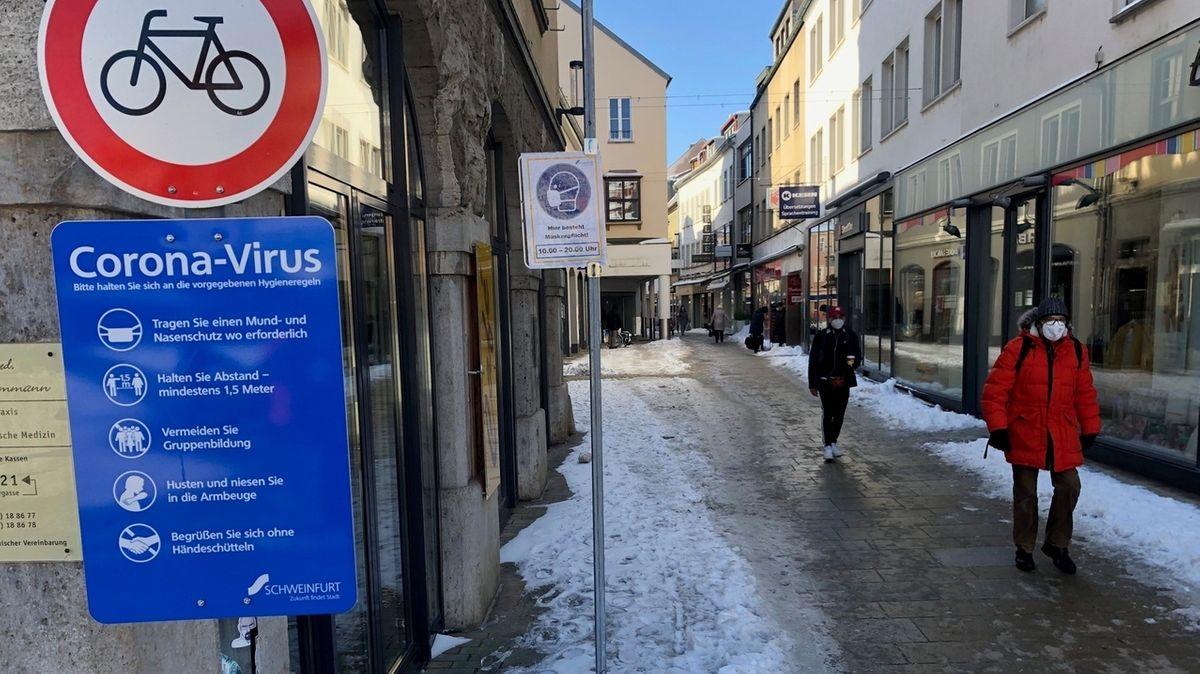 Schilder weisen auf die Maskenpflicht in der Innenstadt von Schweinfurt hin.