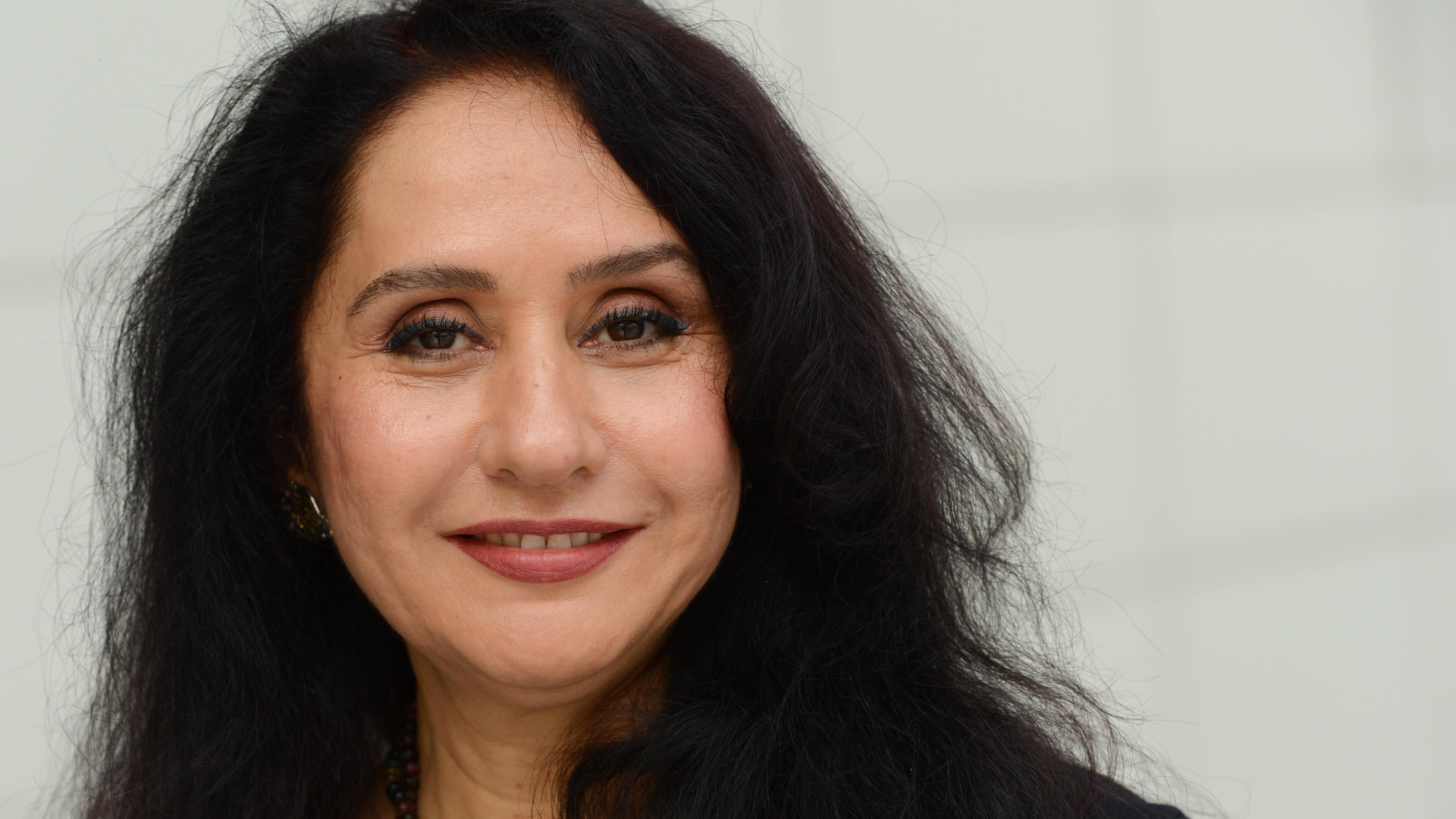 Schriftstellerin Raja Alem aus Mekka lächelt in die Kamera