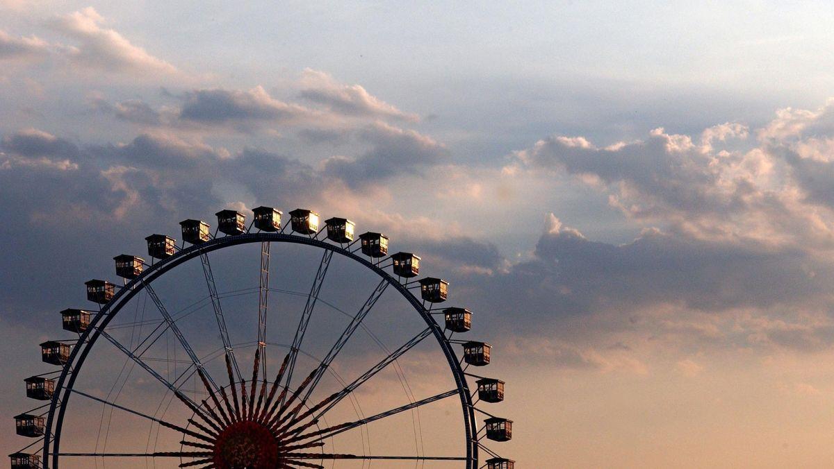 Das Riesenrad dreht sich beim Straubinger Gäubodenfest in der Abendsonne