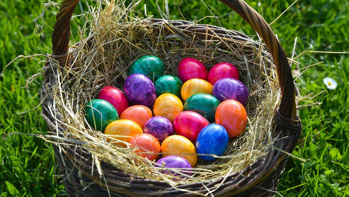 Osterkorb mit bunt gefärbten Eiern