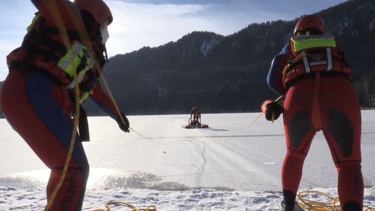 Wasserwacht auf einem zugefrorenen See