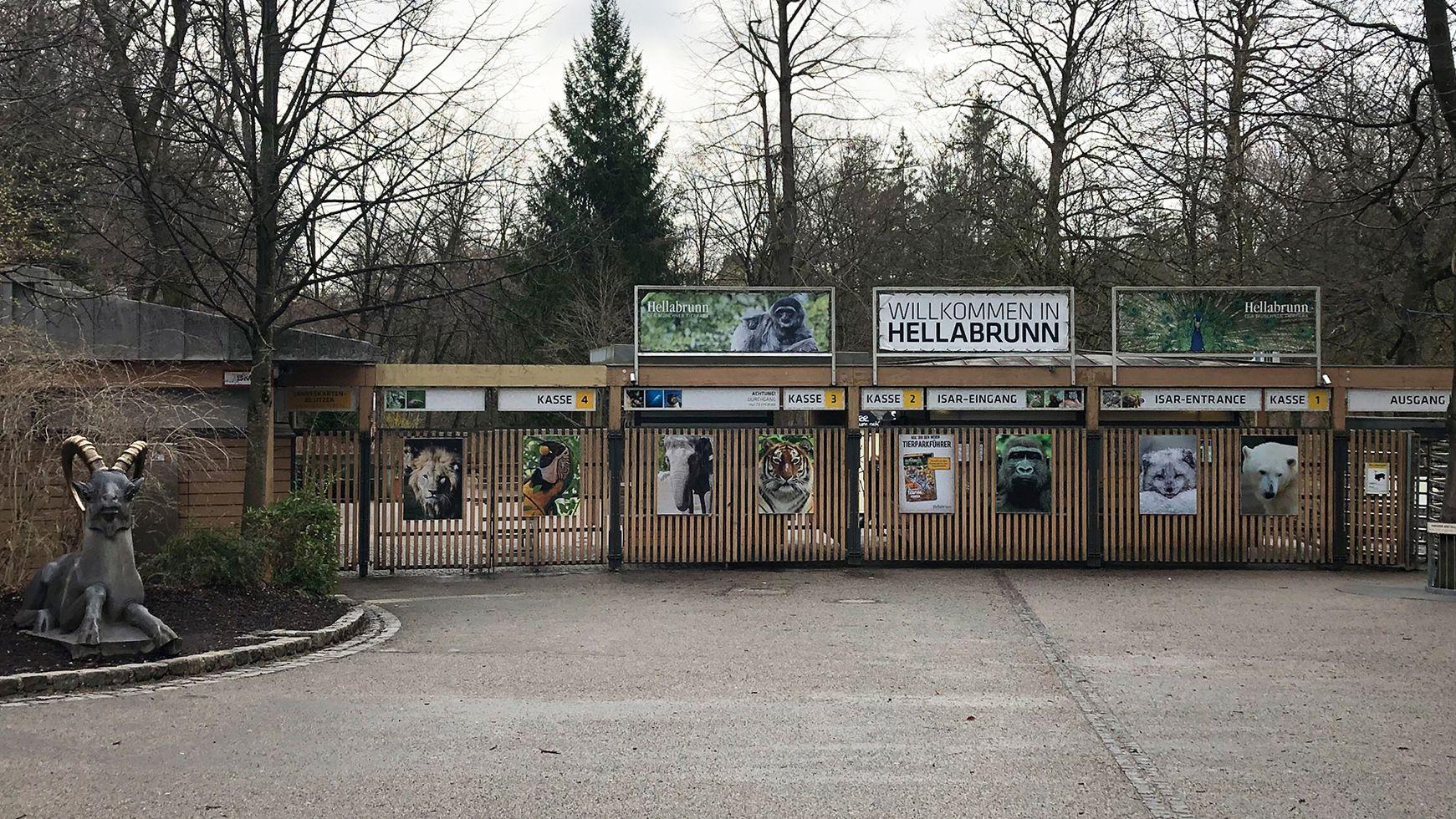 Am Isar-Eingang des Tierparks Hellabrunn in München sind die Zugänge zu den Kassen mit Toren versperrt.
