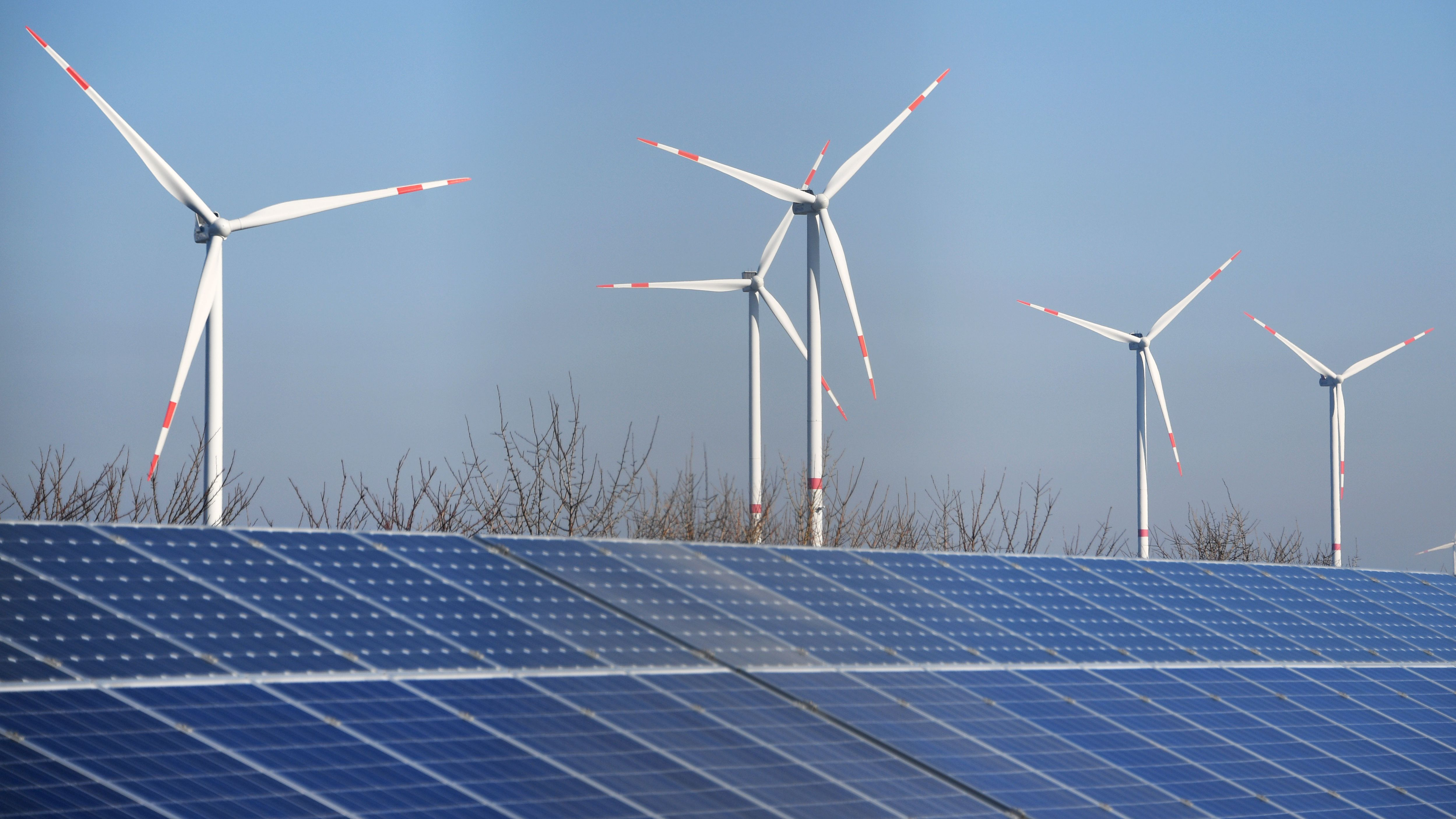 Windräder hinter Solarpark