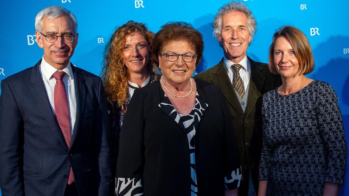 BR-Fernsehdirektor Reinhard Scolik, Elisabeth und Barbara Stamm und zwei Mitglieder des Filmteams bei der Premiere eines Films über Stamm.