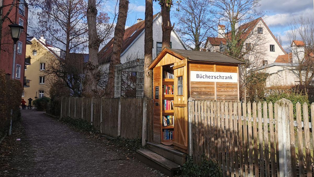 """Einen sehr schönen Bücherschrank gibt es im Münchner Stadtteil Au. Eigentlich ist es eine """"Bücherhütte""""."""