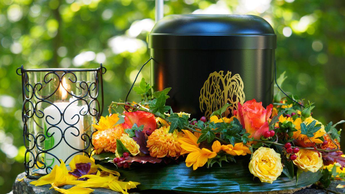 Eine Urne mit Blumenschmuck (Symbolbild)