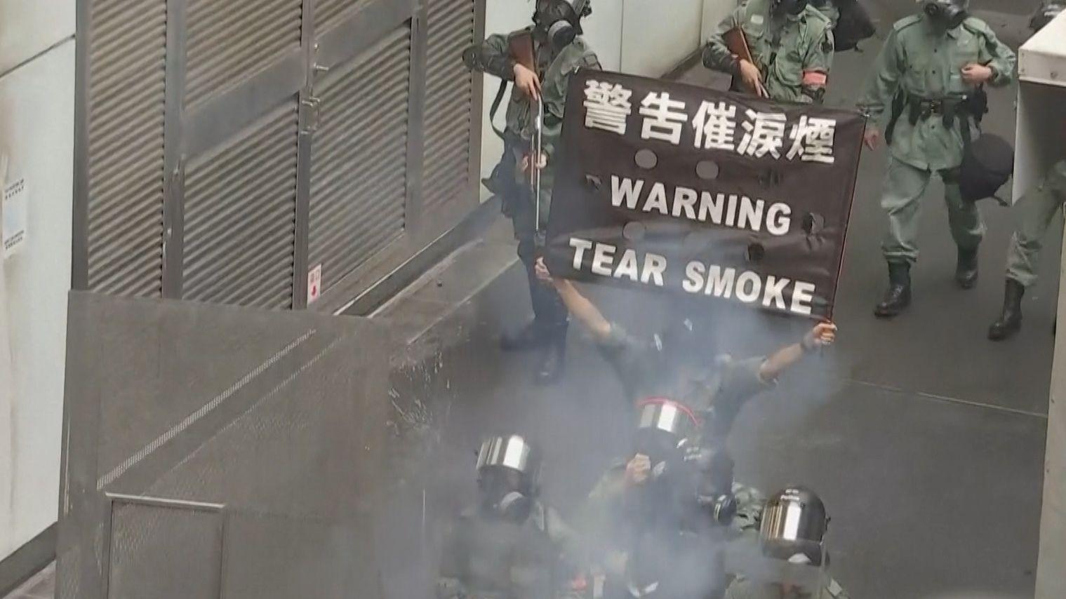 In Hongkong haben zehntausende Menschen gegen die Regierung und das von ihr verhängte Vermummungsverbot demonstriert.