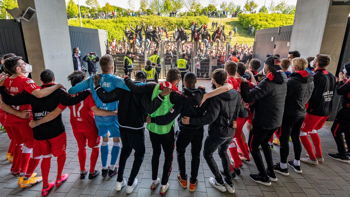 Nach dem Heimsieg am ließ sich das Team des Jahn von den Fans vor dem Stadion feiern.