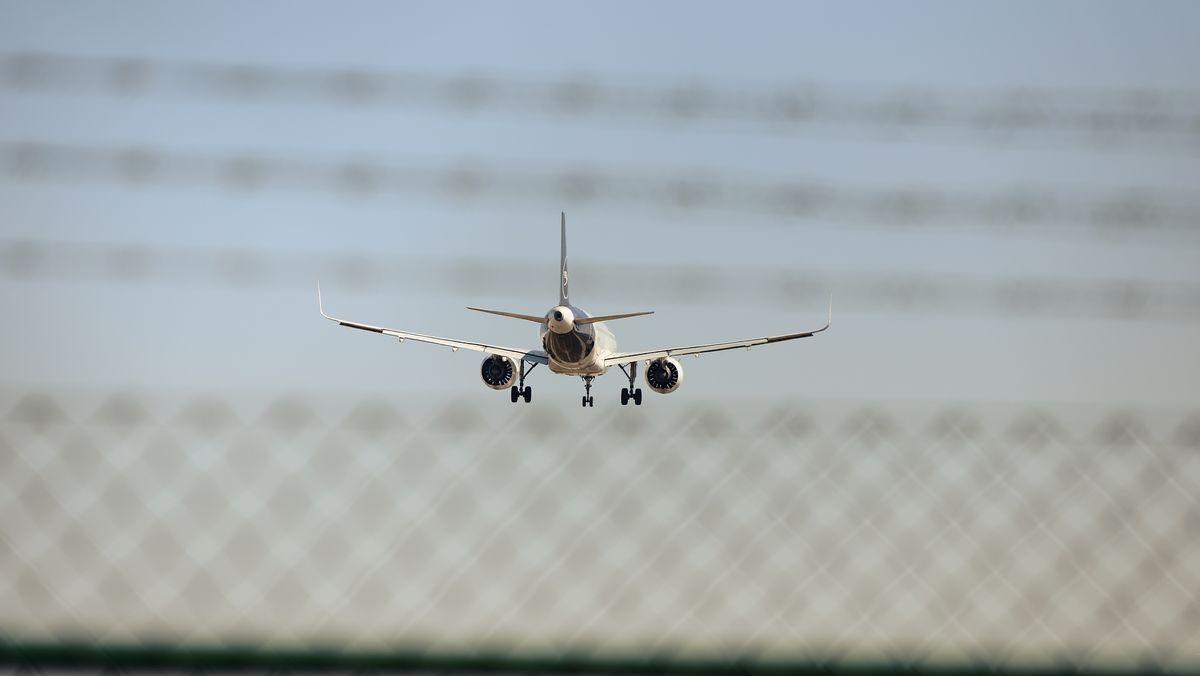 Lufthansa Maschine hinter einem Zaun und Stacheldraht